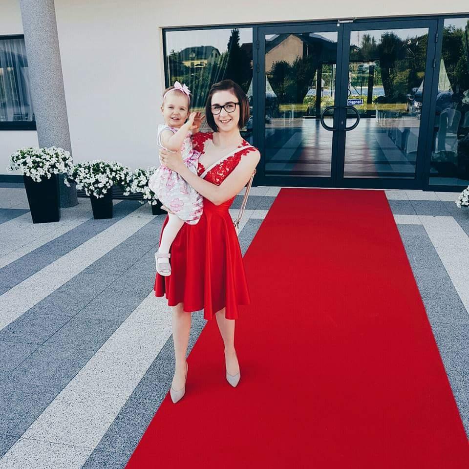 czerowna-koronkowa-sukienka